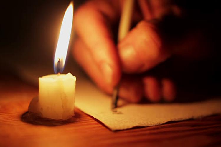 Dettaglio della locandina: mano che scrive a lume di candela