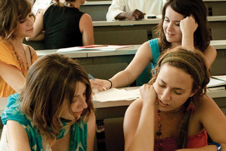 Dettaglio della locandina: studenti in classe