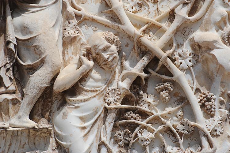 particolare di una scultura