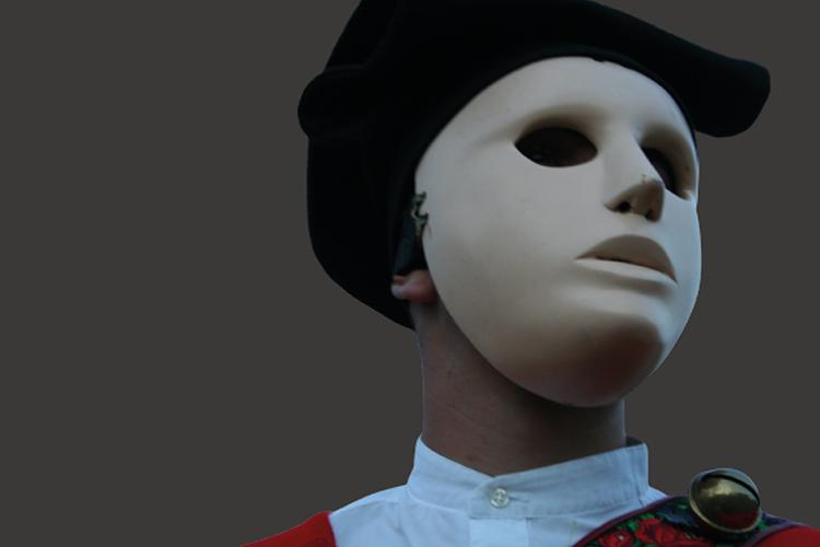 personaggio che indossa una maschera bianca