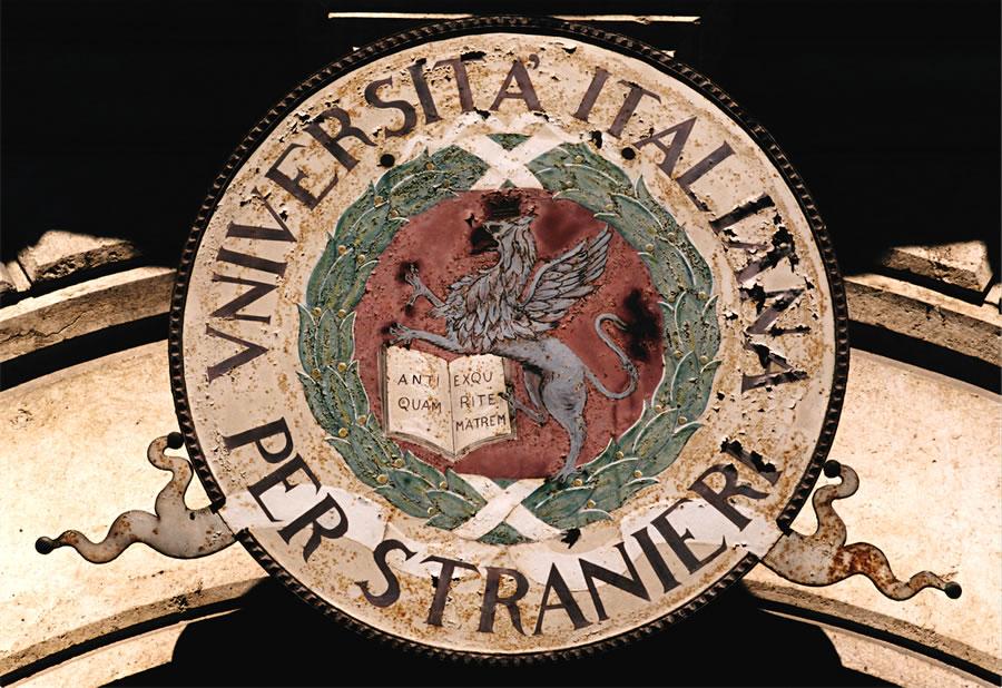 Stemma dell`Ateneo posto all`ingresso di Palazzo Gallenga