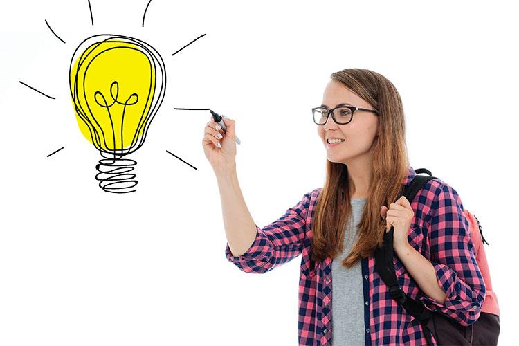 ragazza che disegna una lampadina