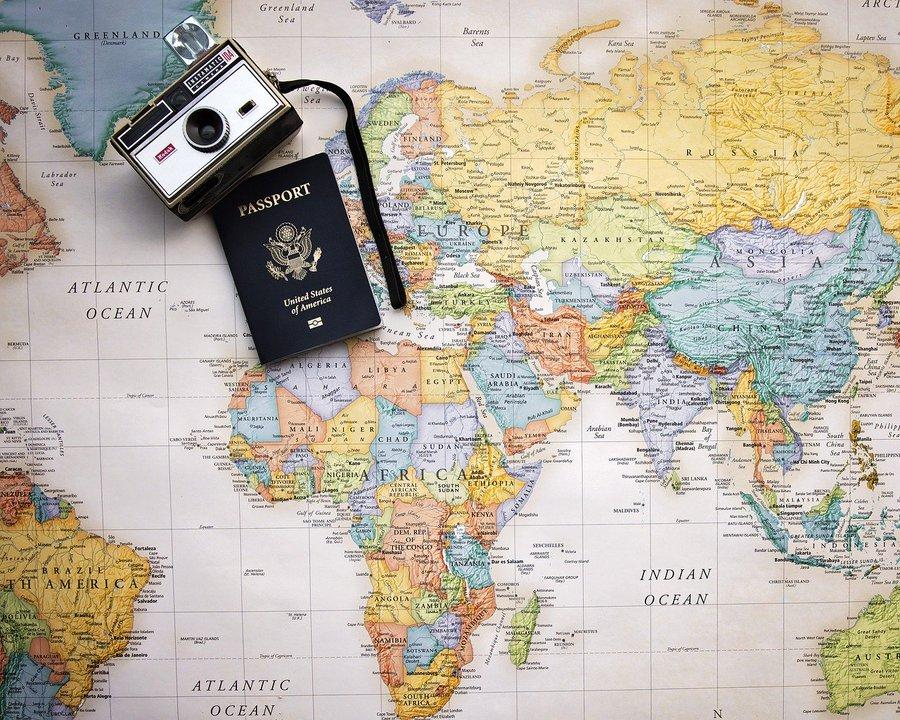 mappa del mondo e passaporto