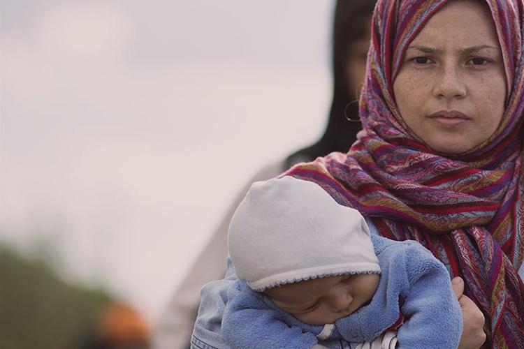 Dettaglio della locandina: donna con bambino in braccio