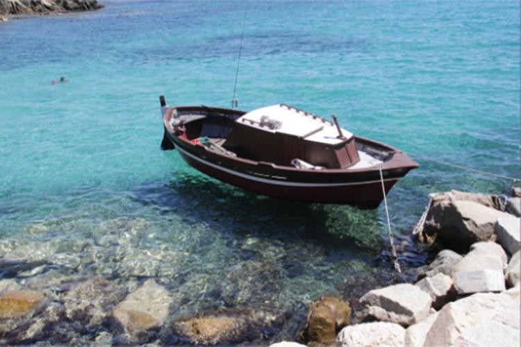 Dettaglio della copertina del libro: barca in mare