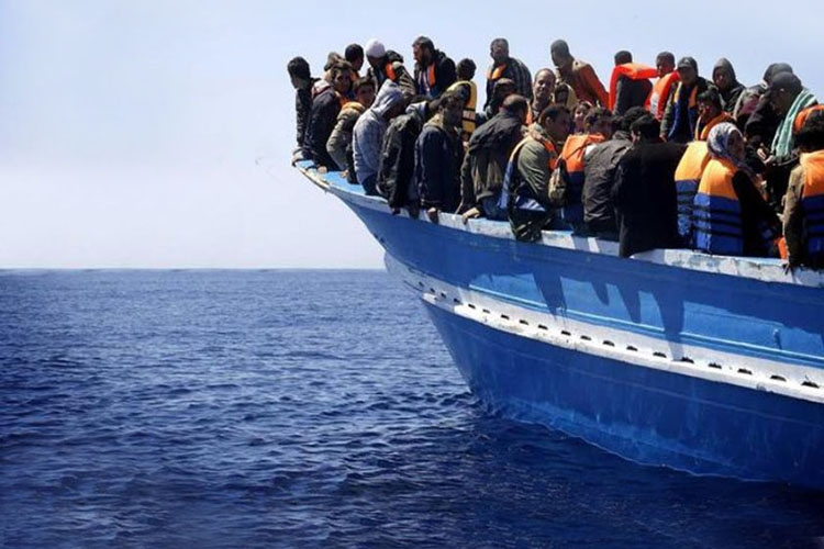 Dettaglio della locandina: migranti su un barcone