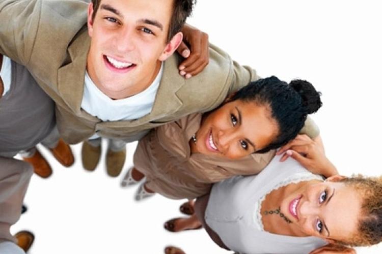 Dettaglio della locandina: gruppo di giovani stretti in un abbraccio