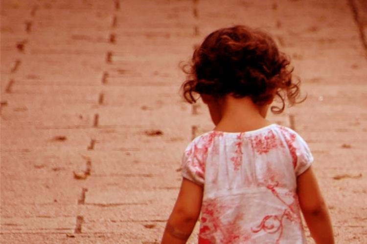 Dettaglio della locandina: bambina di spalle