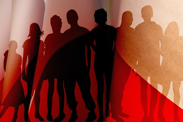 Dettaglio della locandina: silhouette di un gruppo di eprsone