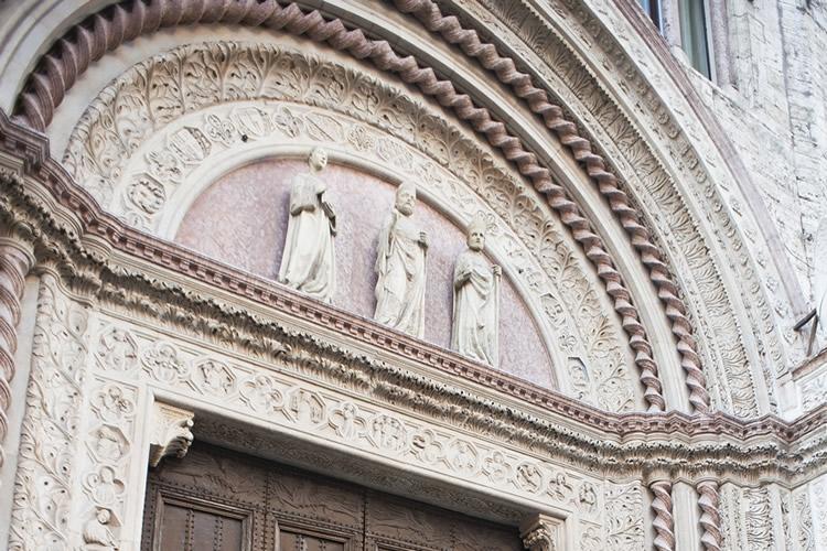 particolare dell'ingresso di Palazzo dei Priori a Perugia