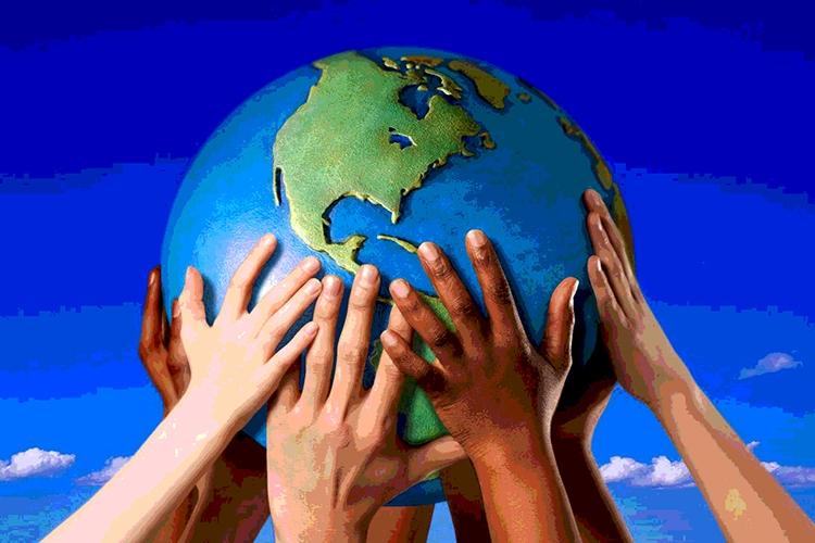mani di diversi colori che reggono il mondo