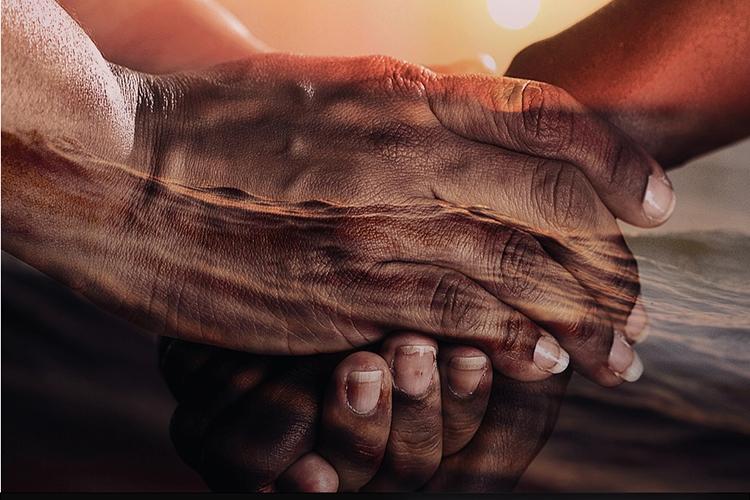 Dettaglio della locandina: mani che si stringono sullo sfondo del mare