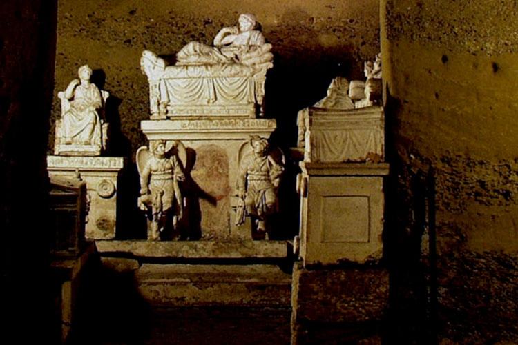 Dettaglio della copertina del libro: monumento etrusco