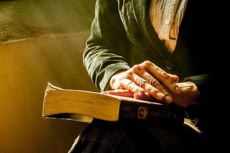 mani appoggiate su un libro