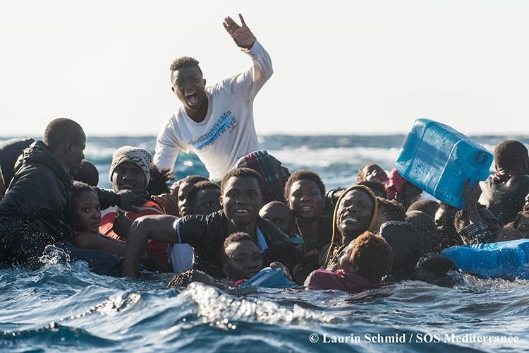 Dettaglio della locandina: migranti in mare