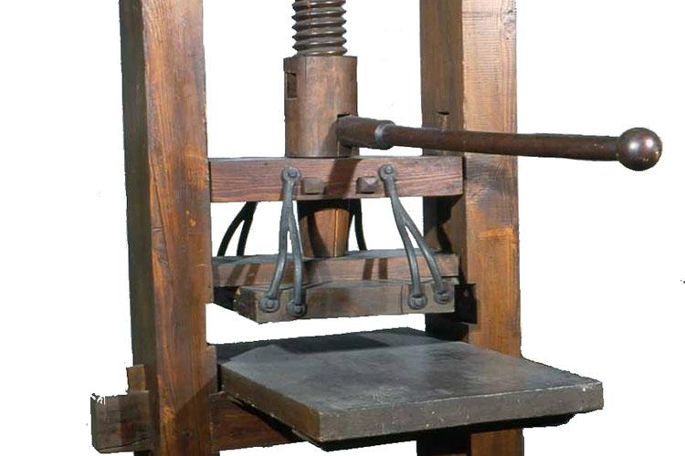 Dettaglio della locandina: una vecchia macchina per la stampa