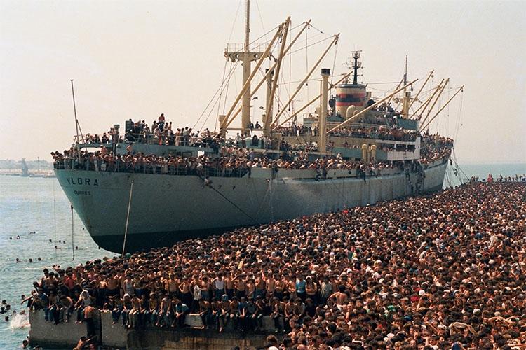 dettaglio della copertina del libro: nave di migranti