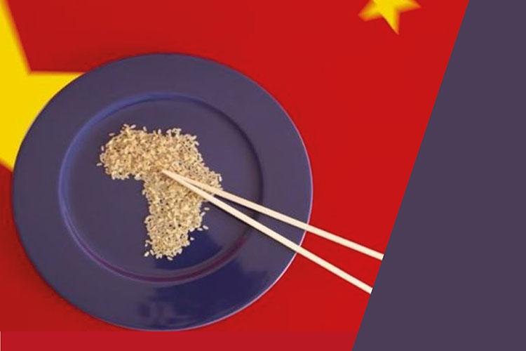 Piatto con riso che ha la forma dell'Africa e bacchette
