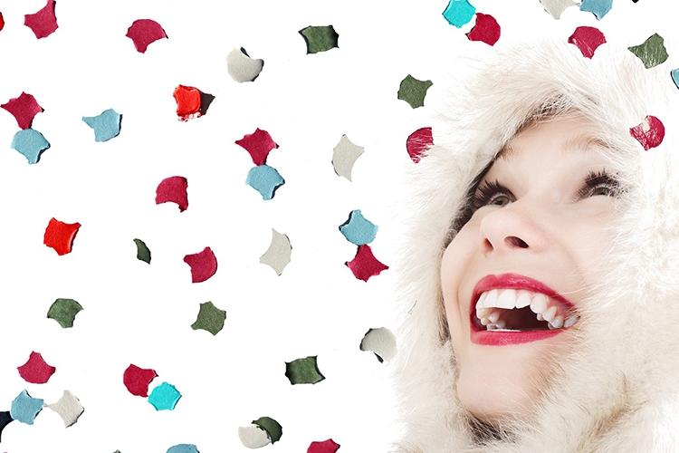 Dettaglio della locandina: viso sorridente di donna che guarda una pioggia di coriandoli