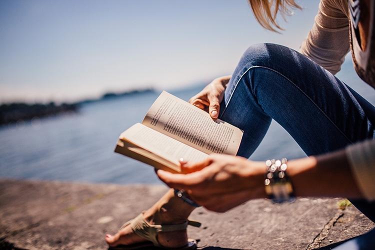 Particolare della locandina: donna che legge un libro