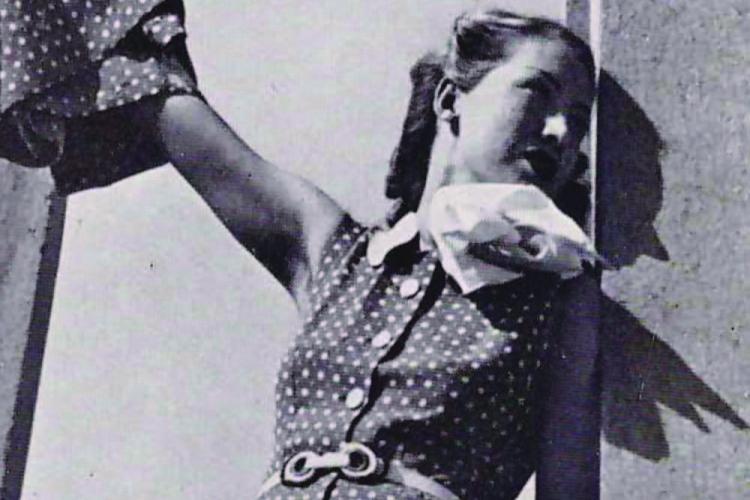 immagine d'epoca in bianco e nero di modella