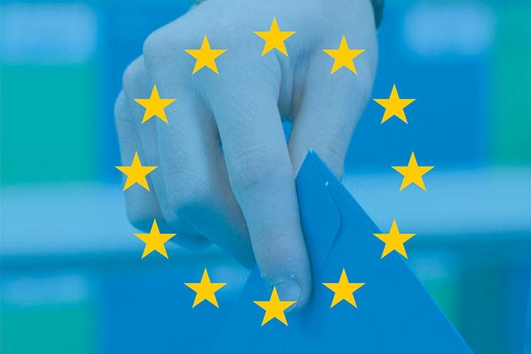 Particolare della locandina: le stelle dell'Europa con una mano che tiene una scheda elettorale sullo sfondo