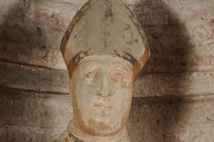 particolare di una statua raffigurante un Papa