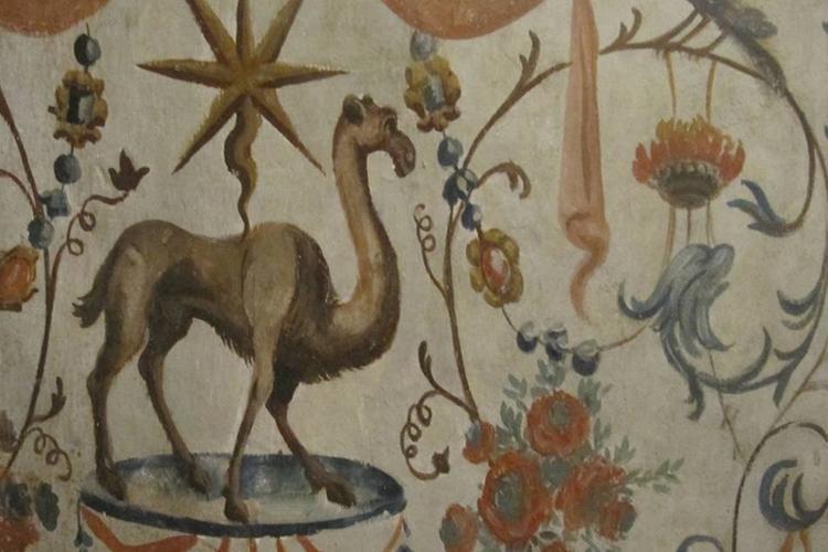 particolare di un dipinto: ornamenti floreali e animali