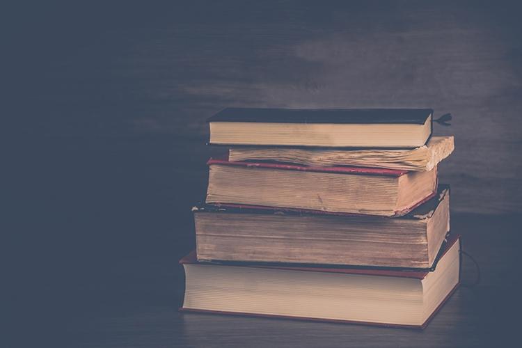 alcuni libri appoggiati su un tavolo