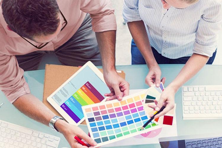 due persone a lavoro che scelgono dei colori
