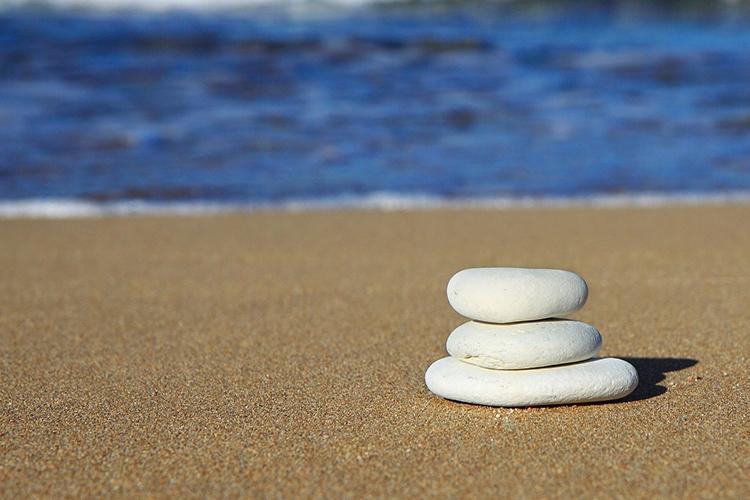 sassi in riva al mare