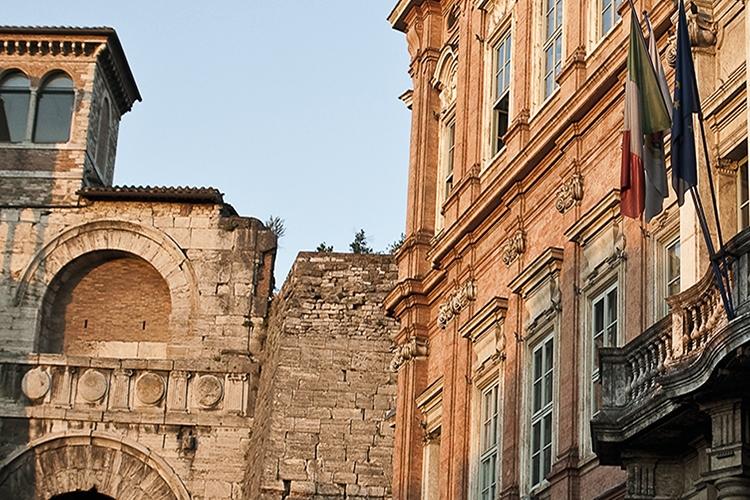 scorcio di Palazzo Gallenga e dell'arco etrusco