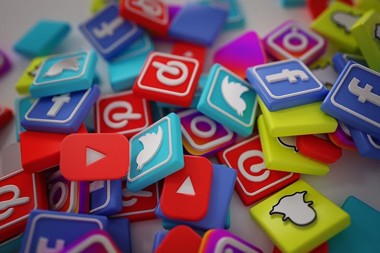 tesserine con i loghi dei social media