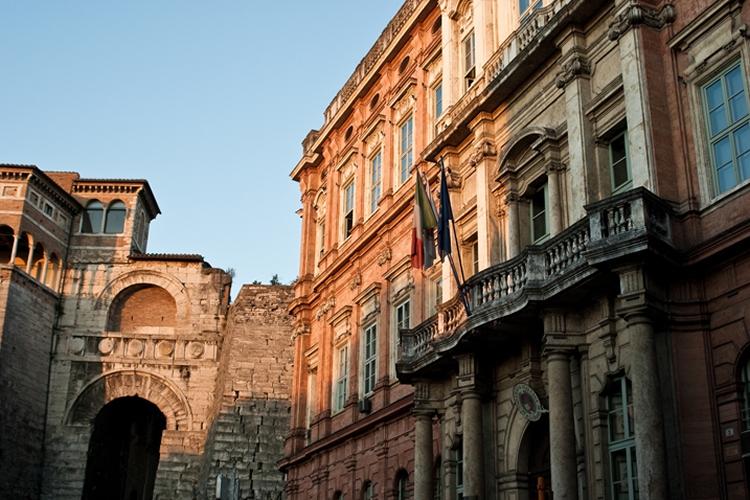 Dettaglio della facciata di Palazzo Gallenga con l'arco etrusco sullo sfondo