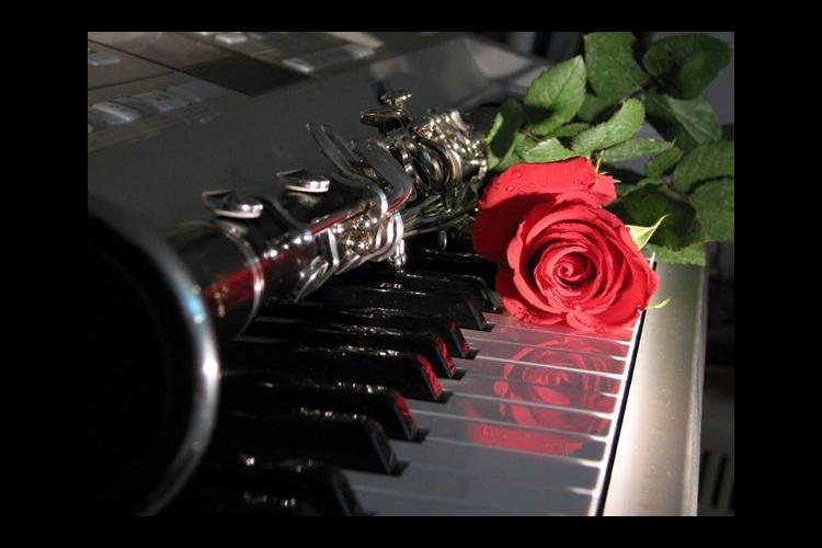 dettaglio pianoforte e clarinetto