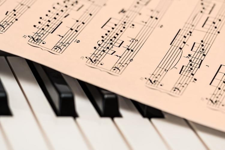dettaglio di tastiera di pianoforte con spartito
