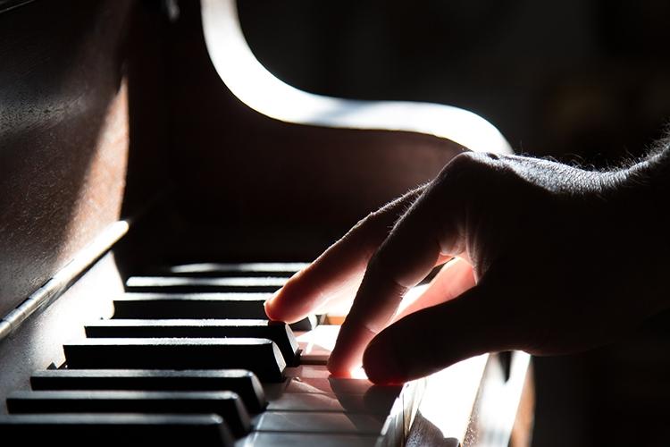 mano che suona iil pianoforte
