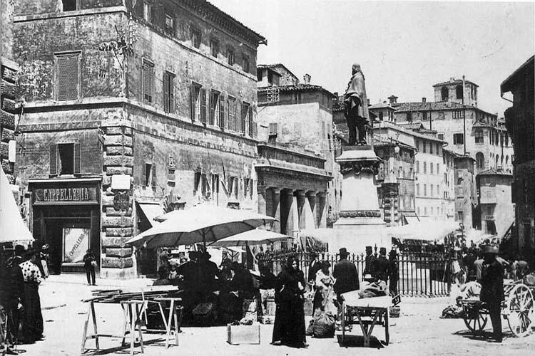 Antica sede della Biblioteca Augusta in piazza del Sopramuro, attuale piazza Matteotti (Archivio Biblioteca Augusta, foto G. Giugliarelli)