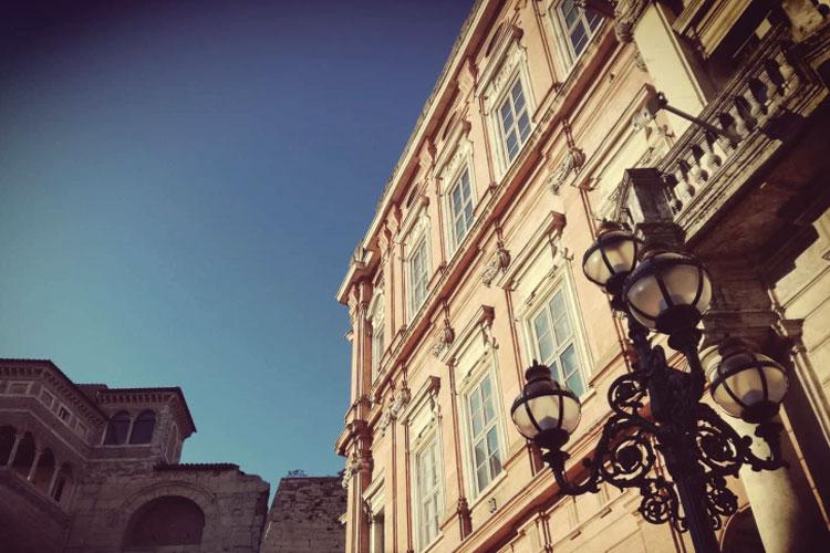 particolare della facciata di Palazzo Gallenga