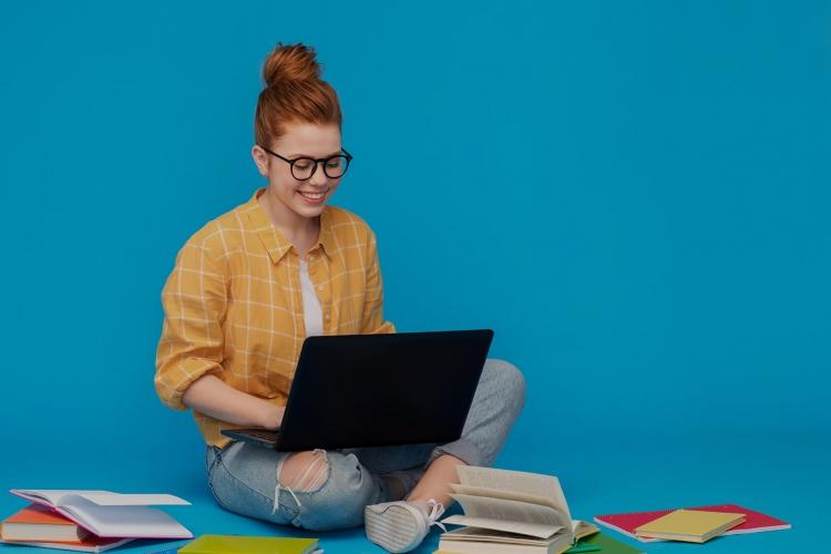 studentessa che scrive su un portatile