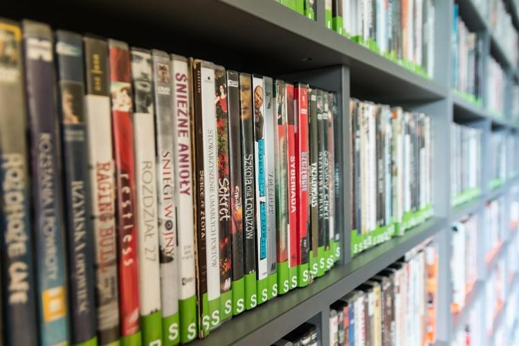 scaffale con dvd