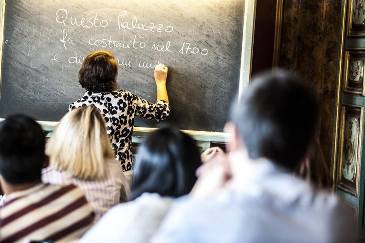 Immagine di insegnante alla lavagna durante una lezione
