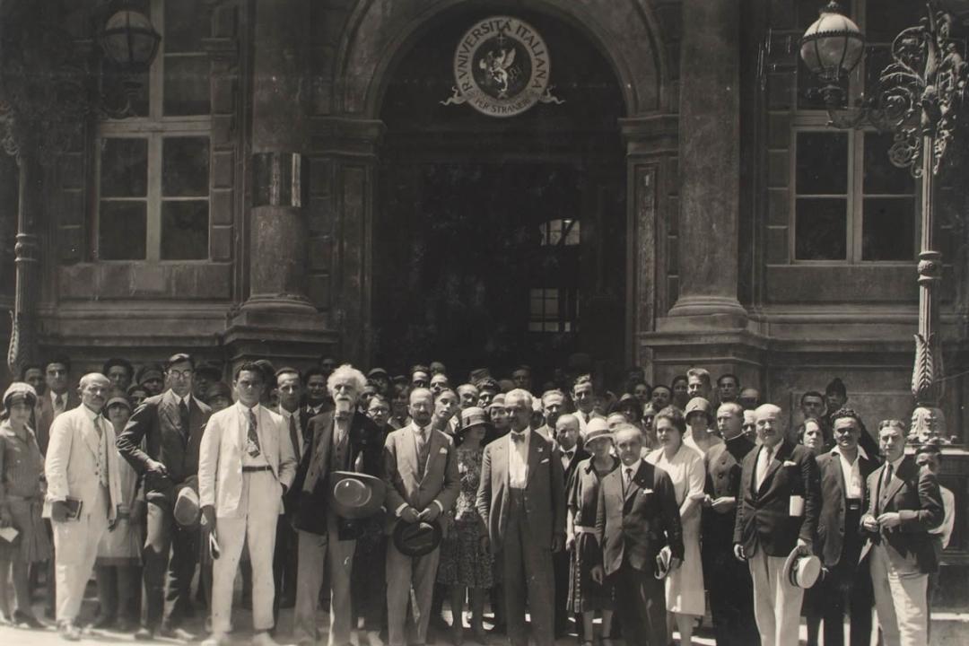 25 agosto 1927 - I professori Ferri, Giannini e Ducati fra gli iscritti di fronte a Palazzo Gallenga
