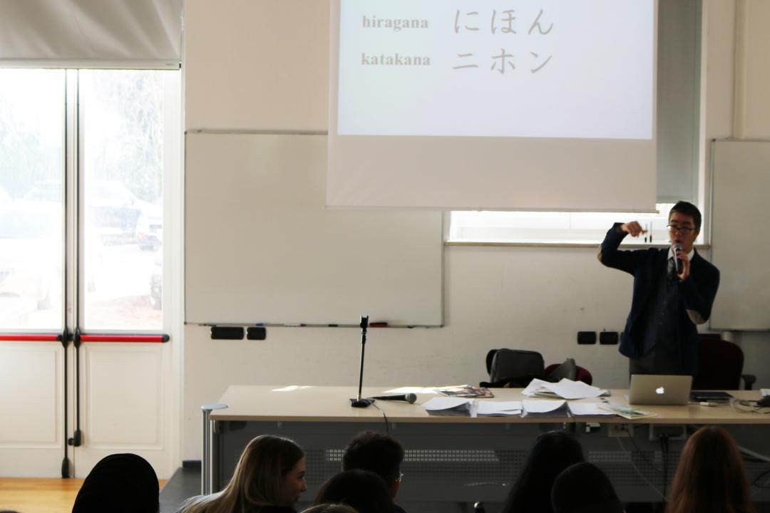 insegnante durante un laboratorio