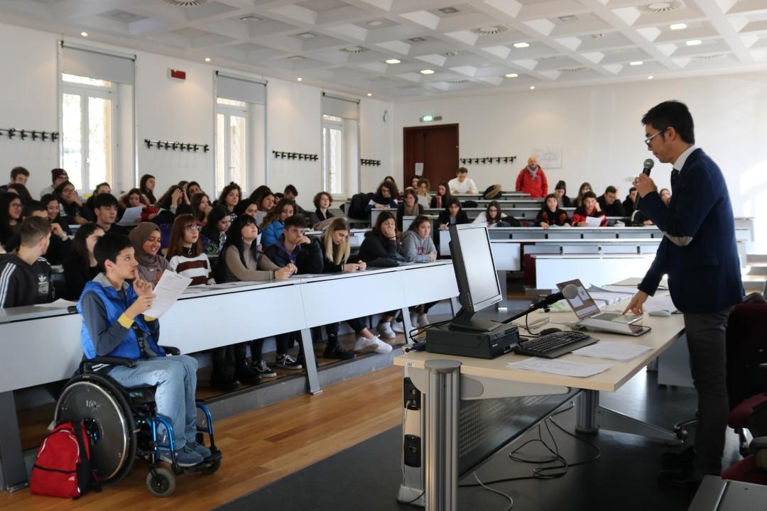 studenti che partecipano ad un laboratorio