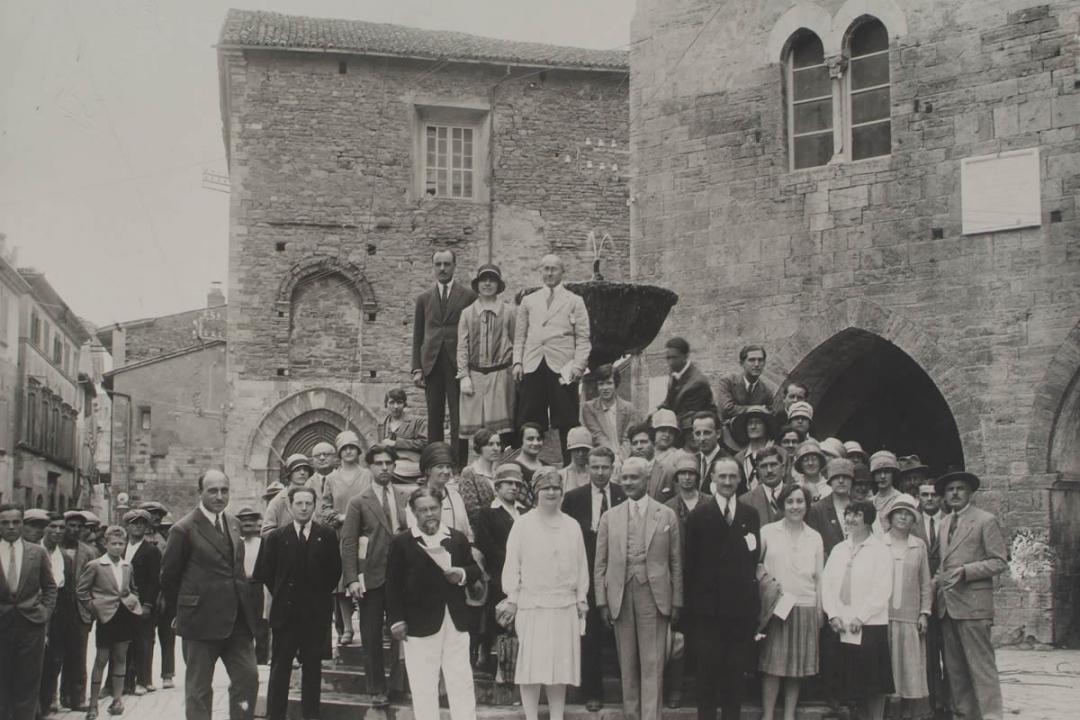 4 settembre 1927 - Studenti in visita a Bevagna