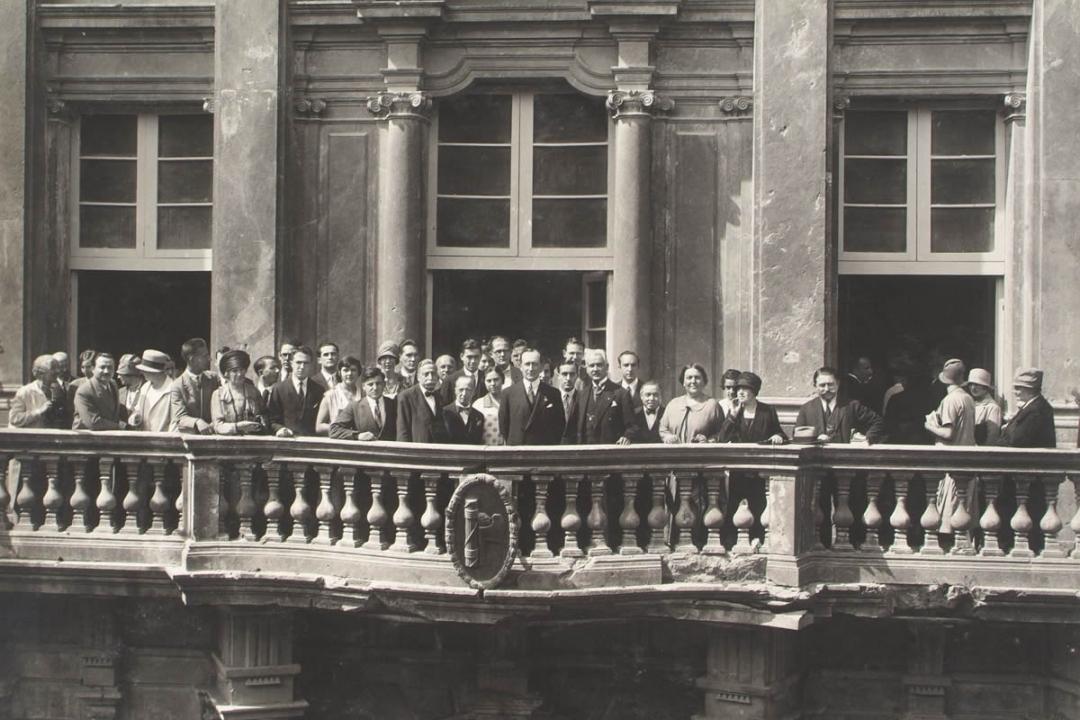 8 settembre 1927 - Il Sen. Guglielmo Marconi fra gli iscritti stranieri nel balcone di Palazzo Gallenga