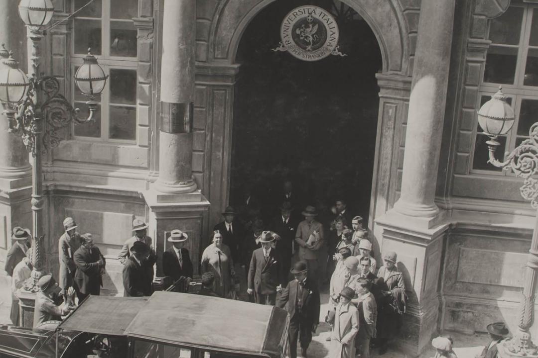 8 settembre 1927 - Il Senatore Guglielmo Marconi esce dall'Università seguito dagli studenti stranieri