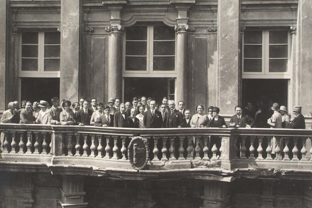 8 settembre 1927 - Il Sen. Guglielmo Marconi fra gli iscritti stranieri nel balcone del Palazo dell'Università