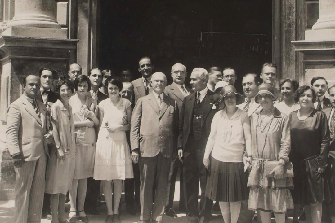 25 luglio 1929 - Il Dott. William M. Davidson, Chairman of the Board of education per la Pensilvania, fra alcuni studenti americani